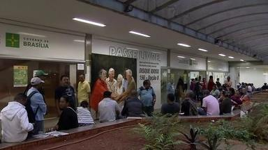 Pessoas com deficiência enfrentam fila para fazer recadastramento do passe livre - O recadastramento também poderia ser feito no site do Bilhete Único, na estação do DFTrans no metrô e em 30 núcleos da defensoria pública.