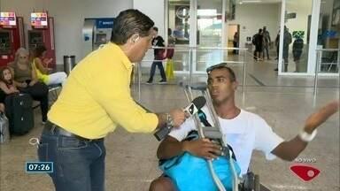 Surfista que machucou o pé em onda do Havaí chega a Vitória nesta sexta-feira (26) - Repórter Jorge Félix esperou o surfista no aeroporto de Vitória.