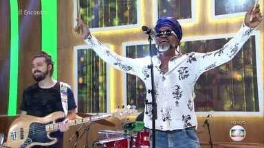 Carlinhos Brown canta 'A Namorada' - Cantor agita a convidados e plateia