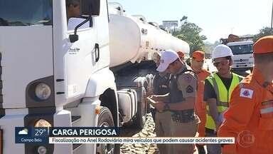 PM Rodoviária fiscaliza transporte de cargas perigosas no Anel Rodoviário de BH - A operação, realizada nesta sexta-feira, verificou caminhões e carretas que transportam cargas perigosas, como produtos inflamáveis.
