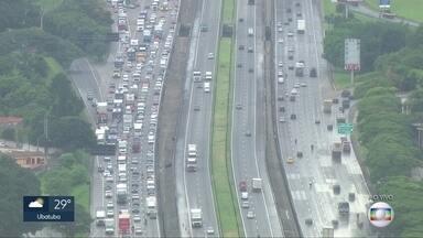 Trânsito lento na Dutra na hora do almoço - Chuva faz motoristas diminuirem a velocidade e provoca lentidão no sentido Rio de Janeiro.