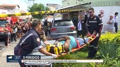 Três pessoas são atropeladas na Rua Jacuí, no bairro Floresta, em Belo Horizonte - A motorista contou aos policiais militares que os freios do carro falharam. Ela não se feriu.