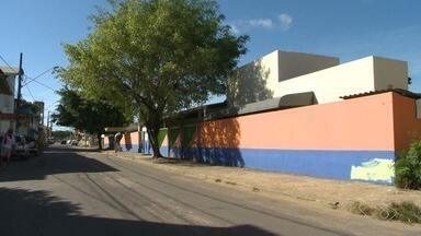 Alunos escrevem desejos em muro de escola, no ES - Aulas na escola começam no dia 5 de fevereiro.