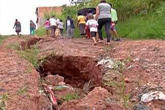 Depois de reclamações de moradores de Itaquaquecetuba, Prefeitura faz reparos em estrada - Na Estrada do Merenda, no Recanto Mônica 2, moradores dizem que correm riscos de acidentes com as estradas emburacadas.