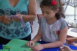 Oficina em Guararema ensina crianças e reaproveitar material escolar usado - Oficina foi na Estação Literária de Guararema.