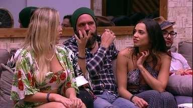 Caruso revela: Se tivesse um saco de pancada aqui já estaria destruído' - Caruso, Jéssica e Jaqueline conversam no sofá