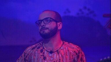 Mahmoud observa animação de brothers na Festa Arrasta-pé - Brother está quieto em festa