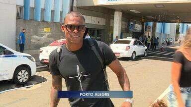 Maicosuel desembarca em Porto Alegre e Grêmio aguarda exames para oficialização - Assista ao vídeo.