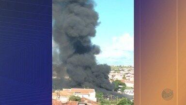 Fábrica de espumas pega fogo no bairro Ângela Rosa em Franca, SP - Funcionários trabalhavam no local, mas ninguém ficou ferido.
