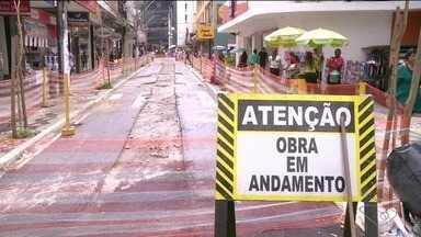 Obra na 'Rua dos Bancos' em Cachoeiro não termina no prazo certo e causa transtornos - Prefeitura culpou a chuva.