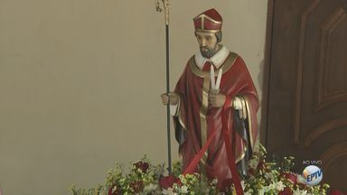 Devotos comemoram Dia de São Brás em igreja de São Carlos, SP - Fieis lotaram as celebrações.
