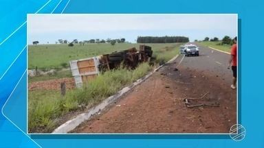 Caminhão carregado com mandioca tomba ao desviar de cratera na MS-475 - O trecho da rodovia está interditado desde o dia 18 de janeiro em Novo Horizonte do Sul.