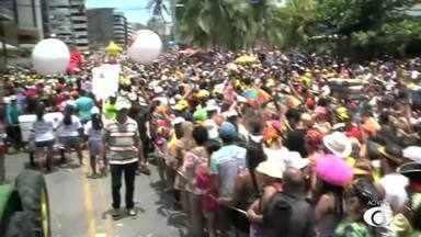 Multidão anima a orla de Maceió com o tradicional Pinto da Madrugada - Festa virou tradição das prévias.