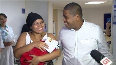 No Rio, bebê que nasceu após mãe ser baleada tem alta sem sequelas - Bebê Antônio ficou um mês internado. A mãe dele, grávida de 8 meses, foi baleada na cabeça numa tentativa de assalto. Ela também passa bem.