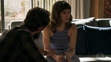 Clara desconfia que Sophia mandou atropelar Raquel - Renato diz que acidente pode ter sido proposital. Nicolau consola Bruno