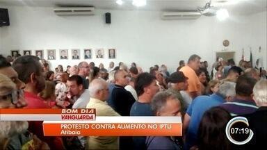 Moradores protestam contra aumento do IPTU em Atibaia - Eles reclamam que o valor do tributo subiu até 70% neste ano, após lei aprovada em 2017.