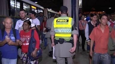 Violência assusta usuários do transporte público em Goiânia - Passagem aumentou para R$ 4 há 15 dias. Passageiros lidam com ônibus sucateado, superlotado e insegurança.
