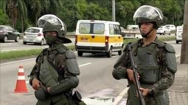 Polícias e forças armadas deflagram operação em favelas do Rio - Vinte e três pessoas foram levadas para delegacias durante a manhã. Na Cidade de Deus, Zona Oeste do Rio, foram apreendidas armas, munição e drogas.