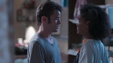 Jota tenta convencer Ellen a dormir no quarto com ela - Anderson ri do amigo e diz que a irmã é durona