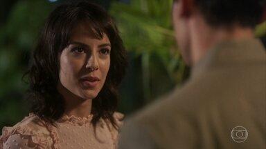 Lucinda enfrenta Gregório, que não se intimida - Lucinda diz para ele não se meter na sua vida