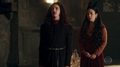 Rodolfo diz a Lucrécia que estranhou o seu mau humor - Lucrécia diz a Rodolfo que eles não passaram a noite juntos e o rei fica sem graça