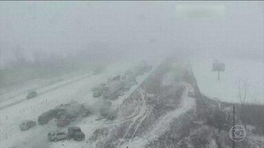 Falta de visibilidade e pista com gelo provocam acidente com mais de 70 carros nos EUA - A neve intensa que cai desde segunda-feira (5) nos estados de Iowa e Missouri, no oeste americano, tem provocado caos nas estradas.