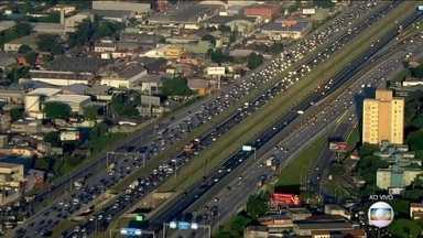 Veja como começou o movimento nas estradas nesta sexta (09) por causa do feriado - Estradas de São Paulo, interior e Rio amanheceram com tráfego intenso por causa da saída para o feriado de Carnaval.