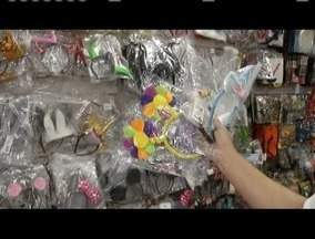 Foliões vão as lojas garantir as fantasias de carnaval - Comerciantes sentem efeito na economia.