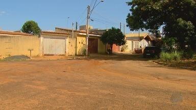 Moradores reclamam de problemas no asfalto do bairro Ribeirão Verde - Desde 2011, a Rua Oswaldo Gabaldo tem pedriscos e terra.