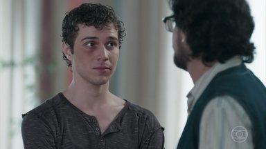 Roney revela que tem orgulho de Gabriel - O dono da lanchonete pede desculpas por não ter aceitado o filho logo que soube da orientação sexual dele. Gabriel se emociona e agradece pelo acolhimento do pai