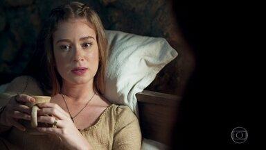 Amália descobre que Afonso é seu marido - A feirante acorda lembrando de todos menos de Afonso. Amália diz que não lembra do que aconteceu