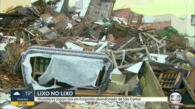 Terrenos em Ribeirão Preto e São Carlos acumulam lixo e entulho - Em Ribeirão, local com problemas fica ao lado de uma escola. Em São Carlos, ecoponto foi abandonado, mas segue recebendo sujeira.