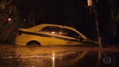 Tempestade causa alagamentos e queda de árvores no Rio - No Rio, choveu mais que o dobro do que era esperado para o mês todo. A água invadiu um hospital. Pacientes precisaram ser retirados às pressas. Em vários bairros, moradores ficaram ilhados.
