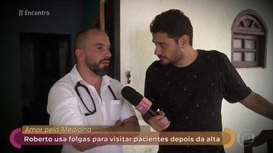 Médico dedica um dia por semana para atender pacientes carentes em casa - Roberto usa suas folgas para fazer um acompanhamento de perto aos pacientes que tiveram alta