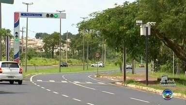 Trânsito de Rio Preto terá quatro novos pontos de radares - O trânsito de São José do Rio Preto (SP) vai ganhar novos pontos de radares, principalmente os de velocidade, nos próximos dias. Foram escolhidos locais onde motoristas dirigem até a 120 km/h em avenidas que têm velocidade limite de 60 km/h, segundo a prefeitura.