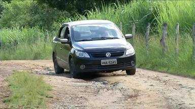 Condições precárias de estrada em Piraí, RJ, é alvo de queixas pelos moradores - Comunidade reclama que via que dá acesso ao bairro Cacaria tem mato alto e risco de desabamento em um trecho.