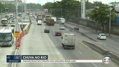 Avenida Brasil tem retenções desde cedo - Um bolsão d'água, na altura de Manguinhos, atrapalha o fluxo no sentido Zona Oeste.