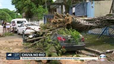 Policial tem o carro atingido por árvore e morre - No auge da tempestade, um trecho da Avenida Brasil ficou completamente alagado. Motoristas subiram pela Rua Recife, que ficou engarrafada.