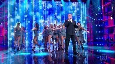 Tony Angeli interpreta clássico da música italiana - Cantor empolga a plateia