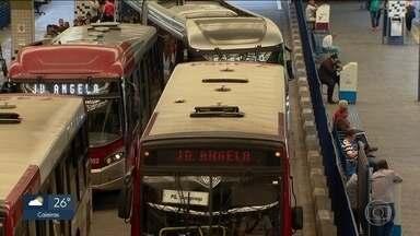 Intervalo entre ônibus é maior queixa dos passageiros em SP - Na Capital, a SPTrans recebe em média 97 reclamações por dia. A maior queixa é sobre a demora dos ônibus. Veja o ranking fechado com os problemas dos passageiros no ano passado.