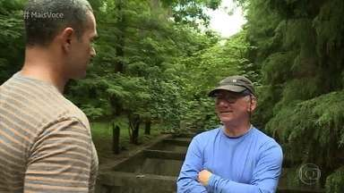 Hélio conseguiu transformar uma área degradada de São Paulo em um pequeno bosque - Executivo pratica sua missão plantando árvores na cidade. Parque já conta com mais de 170 espécies e mais de 23 mil árvores