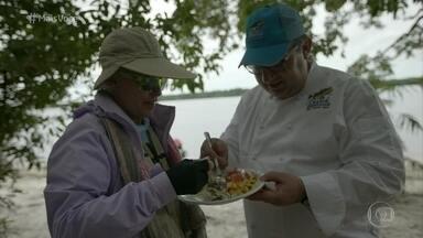 Ana Maria Braga mostra imagens de sua pescaria nas férias - No meio da floresta amazônica, o chef Rolland Villard preparou um prato especial para os pescadores amigos