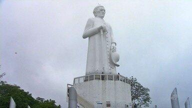 Estátua de padre Cícero recebe milhares de visitantes em data especial mesmo com chuvas - Confira mais notícias em G1.globo.com/ce