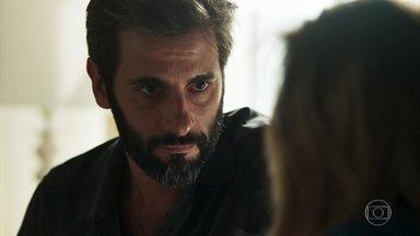 Vinícius acredita que será inocentado - Lorena apoia o marido. O delegado diz que Clara envenenou Laura para se vingar dele