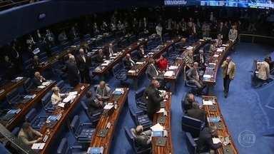 Intervenção federal na segurança pública do Rio é aprovada no Senado - O decreto de intervenção na segurança pública do Rio de Janeiro foi aprovado no fim da noite de terça-feira (20) pelo Senado. Assim como na Câmara, os senadores também pressionaram por mais dinheiro para a segurança pública de outros estados.