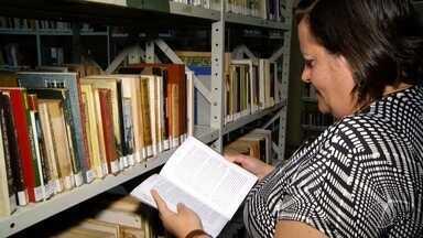 Biblioteca Municipal de Petrópolis, tem acervo de livros que inclui obras raras; confira - Assista a seguir.