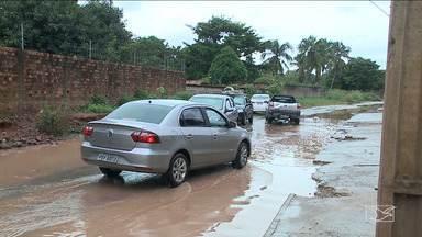 Principal avenida de bairro em São Luís sofre com falta de infraestrutura - Até quando não está chovendo a rua da Chácara Itapiracó continua alagada porque, segundo os moradores a pista foi construída sem galerias.
