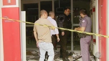 Suspeitos explodem cinco bancos em Caconde, na região de São Carlos - Grupo equipado com fuzis estourou cofres e caixas eletrônicos. Em seguida, fugiu levando todo o dinheiro.