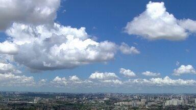 Tarde tem previsão de pancadas de chuva com trovoadas - Por causa do calor e de áreas de instabilidade, pode chover forte na Grande São Paulo.