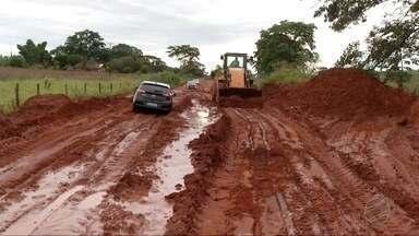 Motoristas têm dificuldade para passar pelo desvio da MS-475 por causa da chuva - A MS-475 está interditada devido cratera na pista.